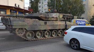 Czołg Leopard ładuje się na lawetę