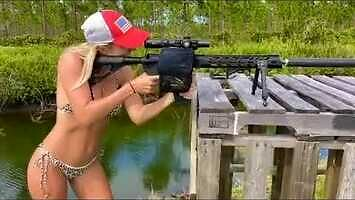 Kiedy kobieta lubi sobie postrzelać w bikini