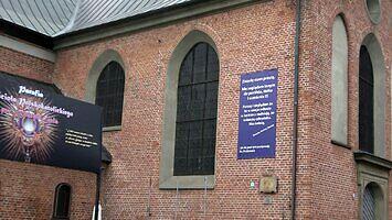 Niezwykły baner na ścianie polskokatolickiego kościoła w Gdańsku