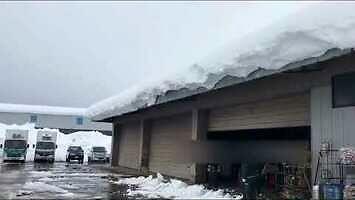 Zwalanie śniegu z dachu