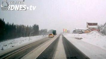 Kierowca postanawia wykonać manewr wyprzedzania na ośnieżonej drodze