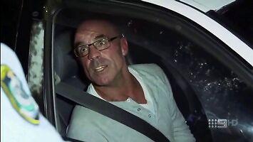 Policja zatrzymuje gościa pijącego alko podczas jazdy