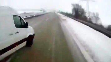 Bus spycha z drogi ciężarówkę