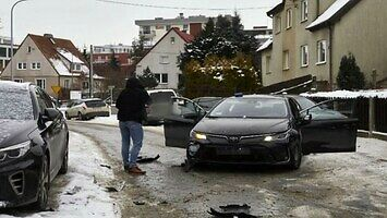 Policja oddała około 20 strzałów w auto, ale kierowca uciekł