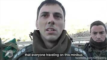 Bardzo uprzejmy izraelski policjant przy punkcie kontrolnym