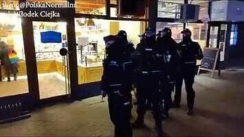 Babcia Kasia na zakupach w asyście policji