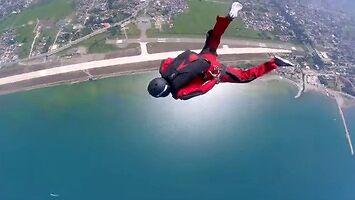 Instruktor skydivingu ratuje skoczka, który nie mógł otworzyć spadochronu