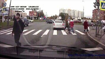Kierowca kozaczył na pasach i dostał za swoje
