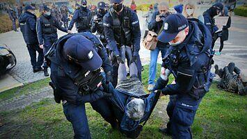 Zaatakowany brutalnie przez Babcię Kasię policjant zeznaje