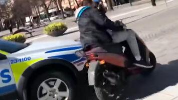 Policjant zatrzymuje skuterzystę