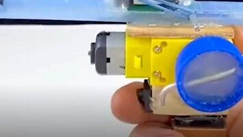 Pistolet na baterie stworzony z przedmiotów, które każdy ma pod ręką