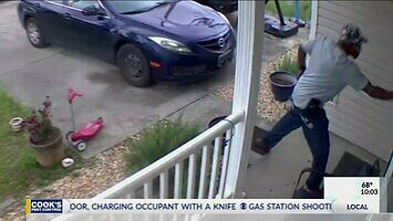 Kobieta zabija instruza, który wtargnął do jej domu
