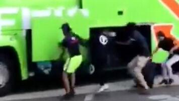 Uczynni imigranci w Paryżu pomagają turystom z ciężkimi walizkami
