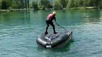 Jak na wodzie odwrócić ponton i nie zamoczyć sobie nogawek?