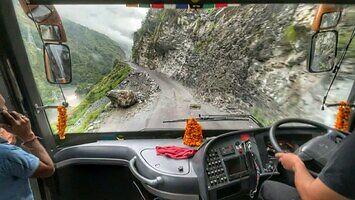 Hinduski kierowca autobusu wiezie przez Himalaje