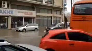 Jak dojść do auta suchą stopą, gdy ulica jest zalana