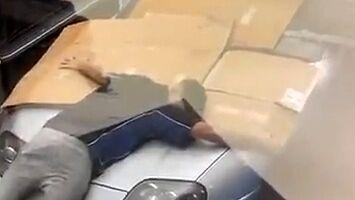 Facet z poświęceniem chroni swoje ukochane auto