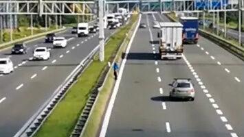 Dziadek przechodzi przez autostradę A4 w Katowicach