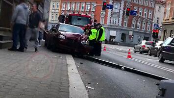 Brawura kierowcy Audi - potrącenie pieszego na chodniku i wypadek