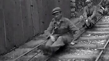 Zjazd wózkami kolejowymi z pracy w kamieniołomie w 1935