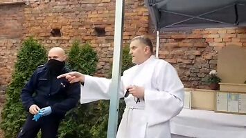 Ksiądz przesłuchuje policjantów