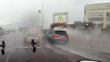 Kierowca bmw w Warszawie w czasie deszczu
