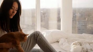 Czy mój kot mnie kocha? 12 objawów mówiących, że tak!