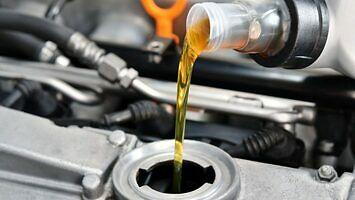 Wchodzi kaucja za olej silnikowy - szybko zrezygnujesz z wymiany w garażu
