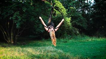 Aerial Hoop w wykonaniu ładnych dziewczyn