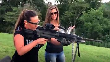 Ładne dziewczyny z bronią
