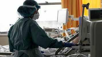 COVID może uszkodzić mózg, płuca i serce