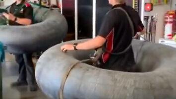 Mechanicy w pracy zachowują bezpieczny dystans
