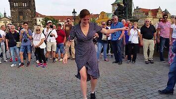 Marta tańcuje na Moście Karola