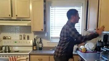 Solówka zagrana na szafkach kuchennych