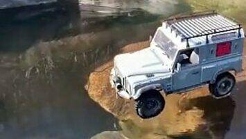 Offroadowy test land rovera na cienkim lodzie