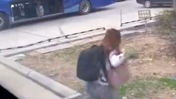 Dziewczyna próbuje uciec przed przymusową kwarantanną