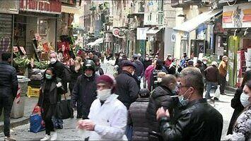Zobaczyć Neapol i umrzeć. Tłumy Włochów wyszły łapać słoneczko
