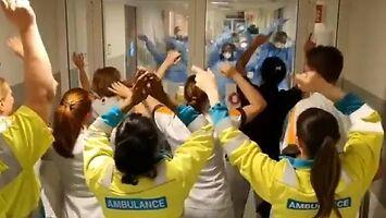 Niesamowita scena ze szpitala. Niemiec płakał, jak oglądał