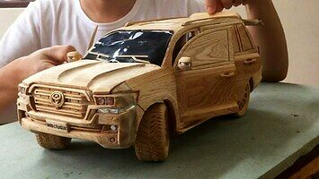 Rzeźbienie w drewnie Toyoty Land Cruiser