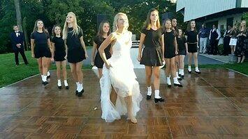 Pląsające dziewczyny na irlandzkim weselu