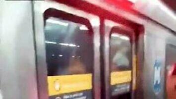 Męska solidarność w metrze