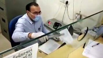 Dezynfekcja czeków w indyjskim banku