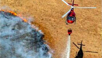 Eurocopter AS350 podczas akcji gaszenia pożaru Biebrzańskiego Parku Narodowego