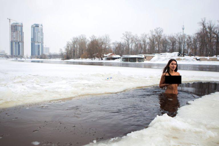 Ta dziewczyna codziennie biega nago po śniegu. To jej