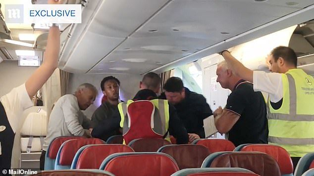 5024802-0-Passengers_helped_a_man_get_kicked_off_a_plane_as_he_resisted_be-m-15_1539461822259.jpg