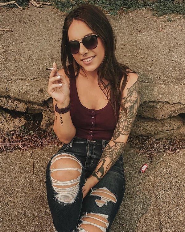 Ładne dziewczyny, które lubią sobie zapalić II na Joe Monster org