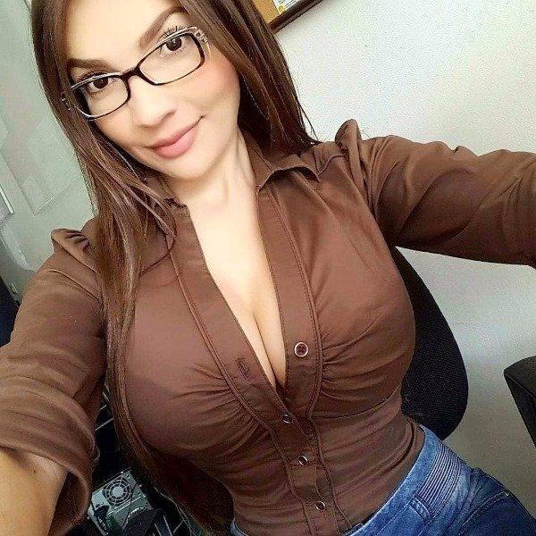 Piękne dziewczyny dobrze wyglądają w okularach XXVII na Joe Monster