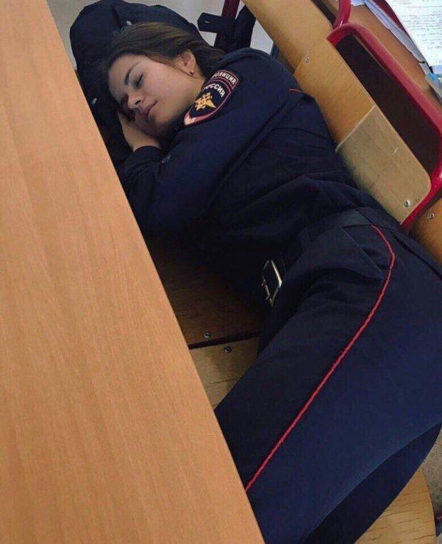 Śpiąca policjantka