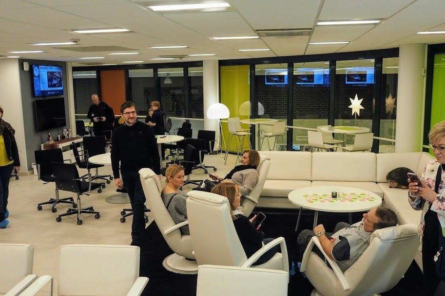 Obraz może zawierać: 4 osoby, ludzie siedzą, tabela i w budynku