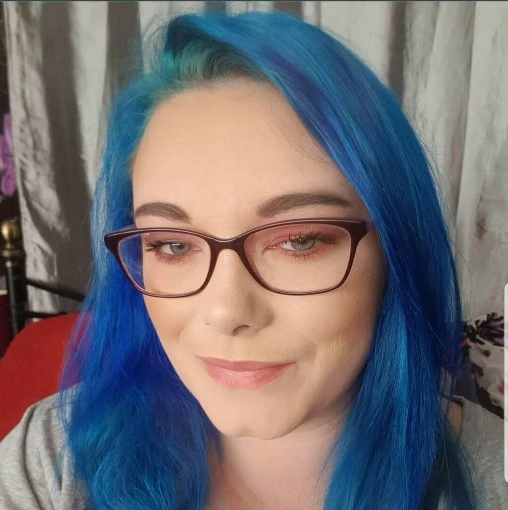 """Testujemy twierdzenia Katie Say, że farbowanie włosów na niebiesko """"załatwiło"""" randkę, zakładając cztery różne profile Tindera - wszystkie o różnych kolorach włosów"""